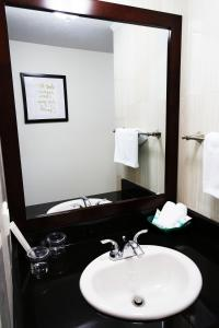 A bathroom at Oceanview Hotel and Residences
