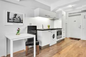 A kitchen or kitchenette at Forenom Serviced Apartments Oslo Central