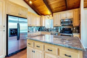 A kitchen or kitchenette at Pine Mountain Magic