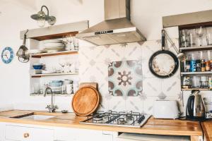 A kitchen or kitchenette at La Torre