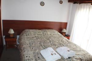 Una cama o camas en una habitación de Departamentos Familiares Rosas Rojas