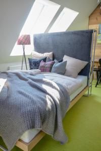A bed or beds in a room at Salzburg City Appartement Messe