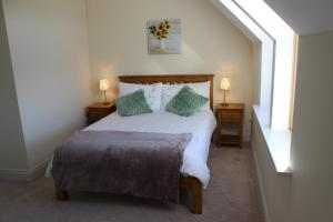 A bed or beds in a room at Berdie Beach House