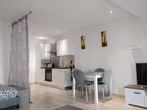A kitchen or kitchenette at studio cocooning Frejus centre historique