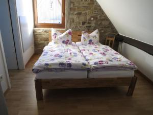 Ein Bett oder Betten in einem Zimmer der Unterkunft Ferienwohnungen Haus Hinneres