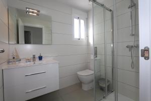 A bathroom at Apartment La Marina 4863