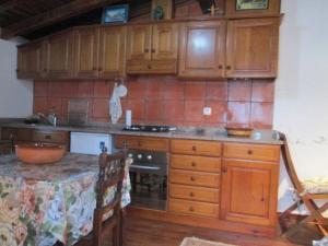 A kitchen or kitchenette at Casinha à beira ribeirio