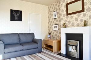 A seating area at Crags View Apartment On The Royal Mile