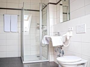 Ein Badezimmer in der Unterkunft Apparthotel Ampertal