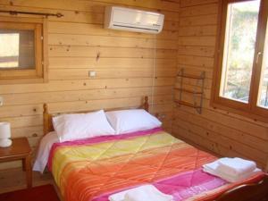 เตียงในห้องที่ Zeus Village
