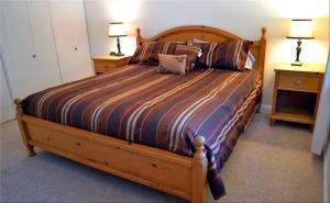 Uma cama ou camas num quarto em Home Near Heavenly