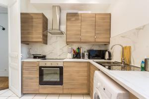 Küche/Küchenzeile in der Unterkunft CMG Tour Eiffel/Champs de Mars__Laos 2G
