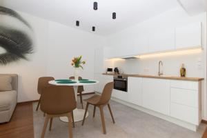 A kitchen or kitchenette at Lenzo Apartments