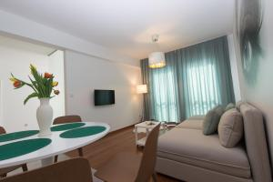 A seating area at Lenzo Apartments