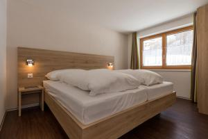 A bed or beds in a room at Haus Alpenrose