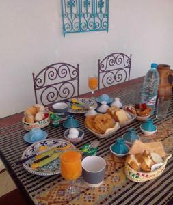 Options de petit-déjeuner proposées aux clients de l'établissement Resa Dar Sema Djerba