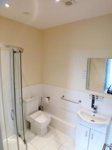 A bathroom at Seaview Cottage