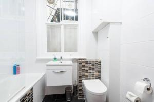 A bathroom at Gorgeous Apartment in Trendy Neighbourhood (DH5)