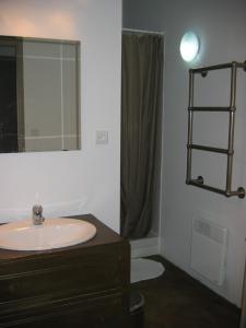 Salle de bains dans l'établissement Gîtes Le Relais de Roquefereau