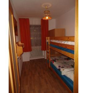 Krevet ili kreveti na kat u jedinici u objektu Fewo-Heigl