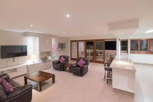 A seating area at Spacious House in Heart of Surfers Paradise