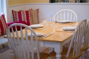 A restaurant or other place to eat at Shell Cottage Two-Bedroom Home