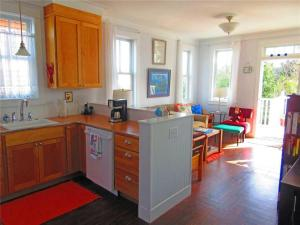 A kitchen or kitchenette at Daydream Cottage Two-Bedroom Home