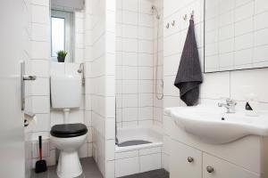 A bathroom at Floyd Room