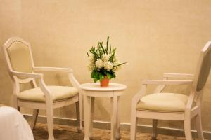 A seating area at Al Raha Rotana Hotel Apartments
