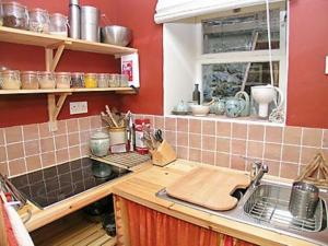 A kitchen or kitchenette at Weavers Cottage