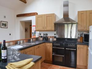 A kitchen or kitchenette at Issac'S Byre