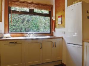 A kitchen or kitchenette at Beech Cottage