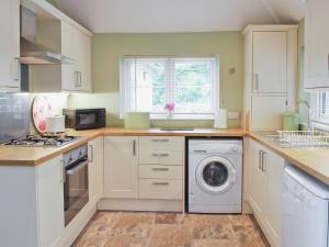 A kitchen or kitchenette at Walden Cottage