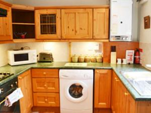 A kitchen or kitchenette at Tweed Cottage