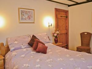 A bed or beds in a room at Fox Cottage