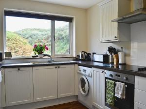 A kitchen or kitchenette at Barrmains Cottage