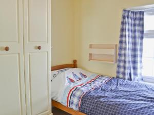 A bed or beds in a room at Buckingham Cottage