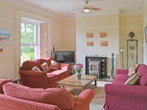 A seating area at Holly Lodge