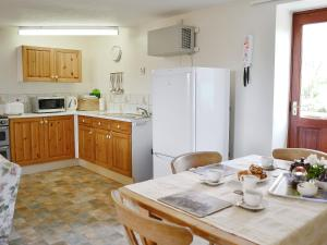A kitchen or kitchenette at Owl