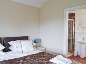 A bed or beds in a room at Walden Cottage