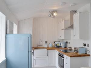 A kitchen or kitchenette at Coastguards Hideaway
