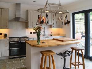 A kitchen or kitchenette at Glenlea Cottage