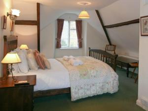 A bed or beds in a room at Swiss Cottage