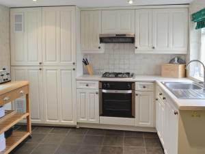 A kitchen or kitchenette at Swiss Cottage