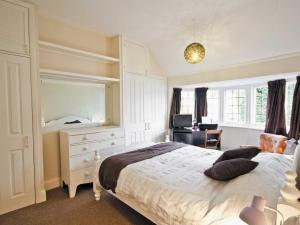 A bed or beds in a room at Estuary View