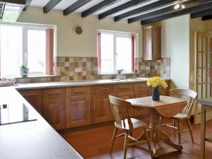 A kitchen or kitchenette at Well Cottage