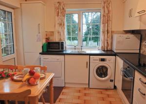 A kitchen or kitchenette at Ty Maen Cottage