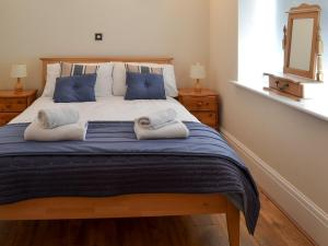 A bed or beds in a room at Sail Loft Apartment