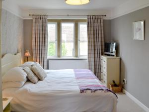 A bed or beds in a room at Eastnor Villa