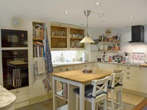 A kitchen or kitchenette at Little Gem